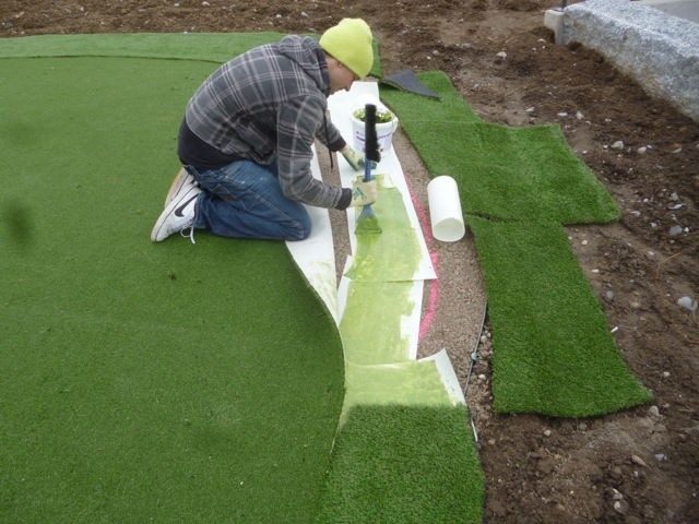 Golfrasen bzw. Putting Green Kunstrasen zuschneiden