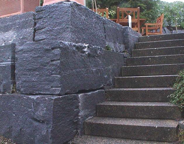 Natursteinmauern in Naturgärten